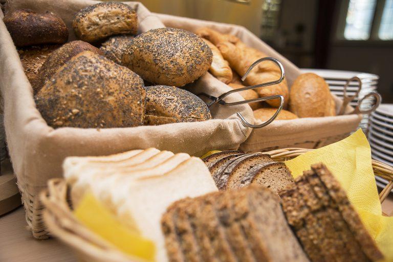 Brot-Broetchen-am-Fruehstuecksbuffet